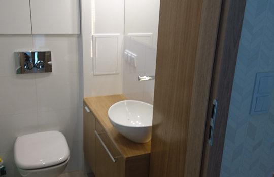 Dlaczego warto wybrać meble łazienkowe nawymiar, aniegotowe?
